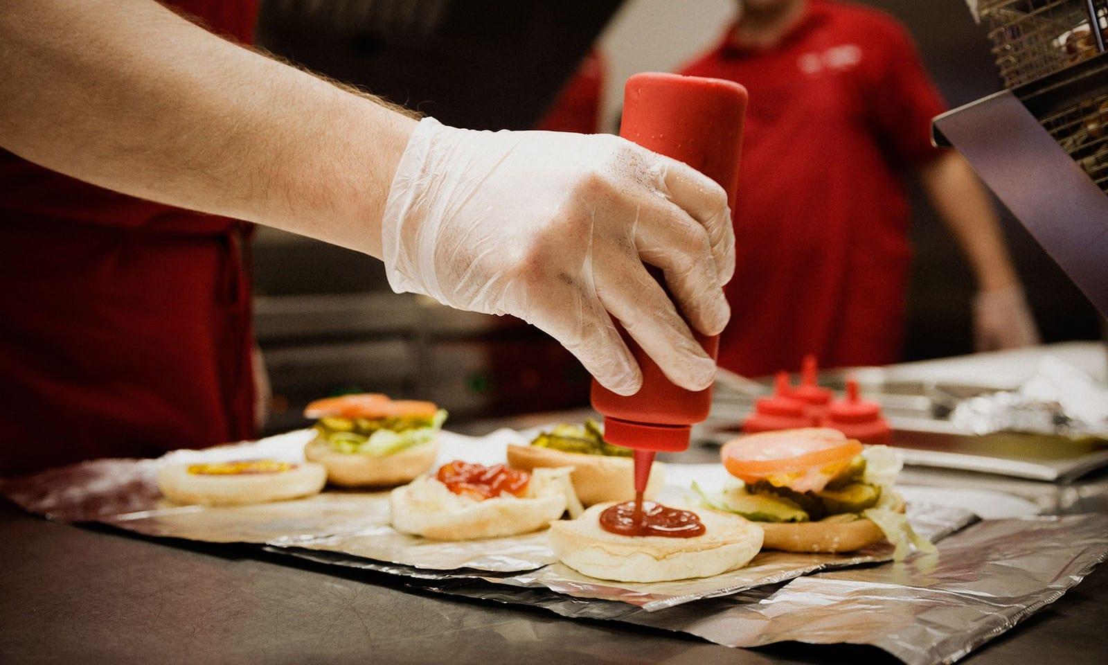 5-Guys-Burger-and-Fries-New-York-04-1600×960