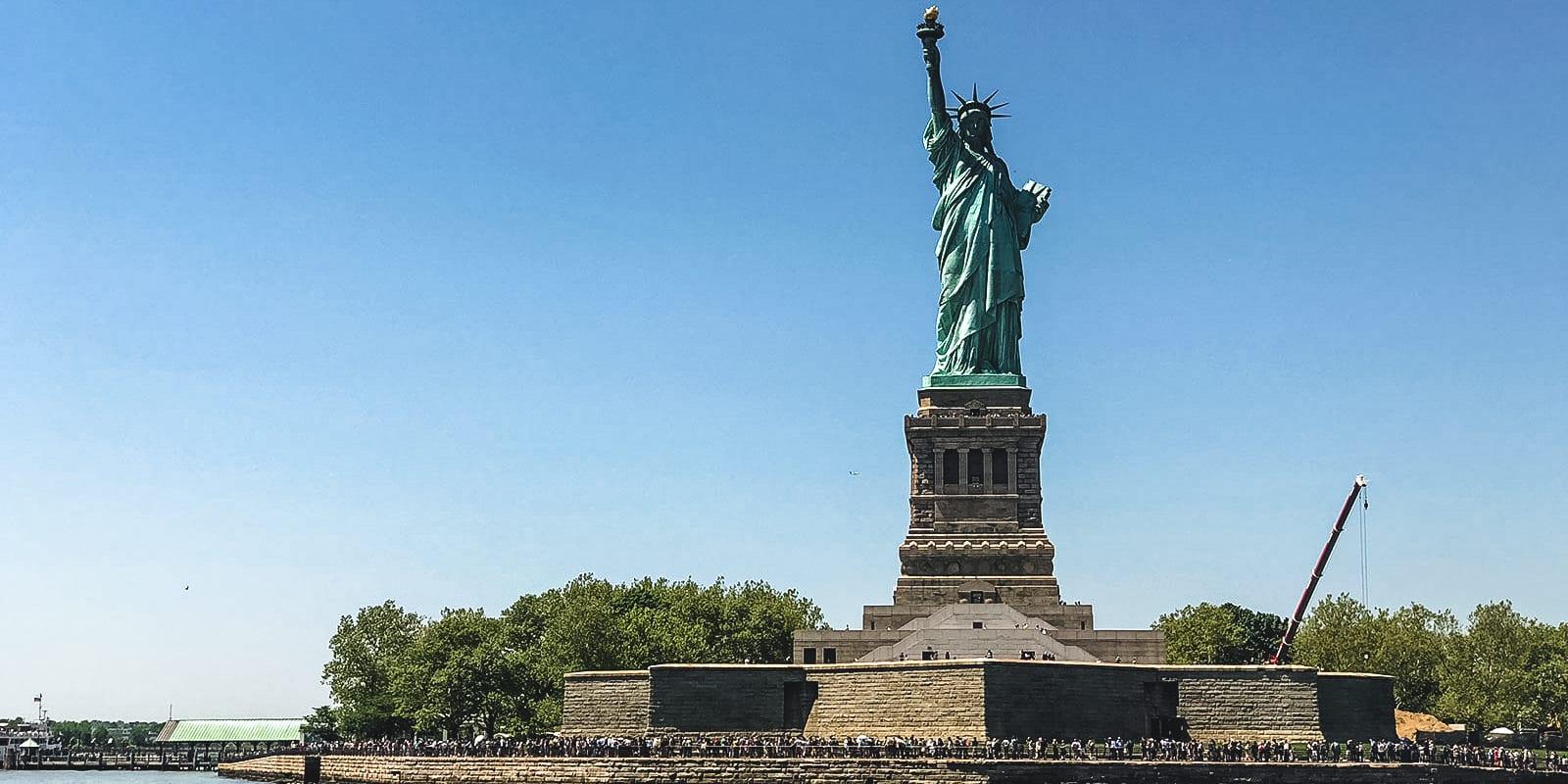 La estatua de la libertad durante el viaje en barco arquitectónico en Nueva York