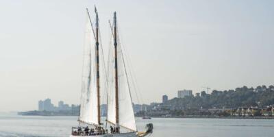 Navegación por la tarde con follaje de otoño en el río Hudson S