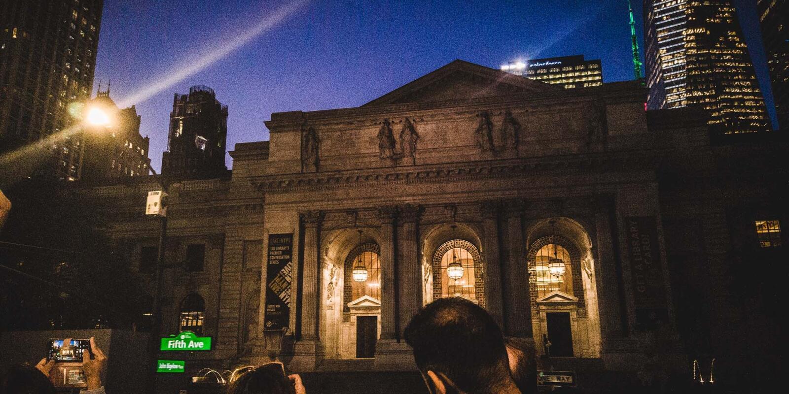 Biblioteca Pública de Nueva York por la noche